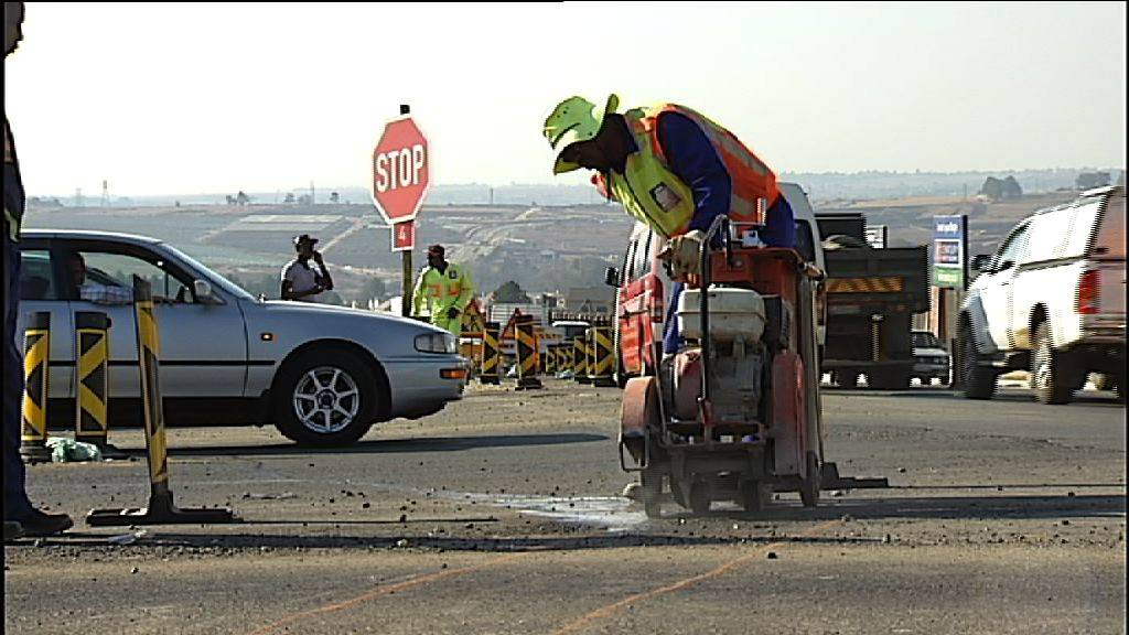 Prolonged construction on a busy Johannesburg road has left many motorists and commuters seething. Roadworks on William Nicol Drive have been ongoing for over a year, adding pressure to already slow-moving traffic.