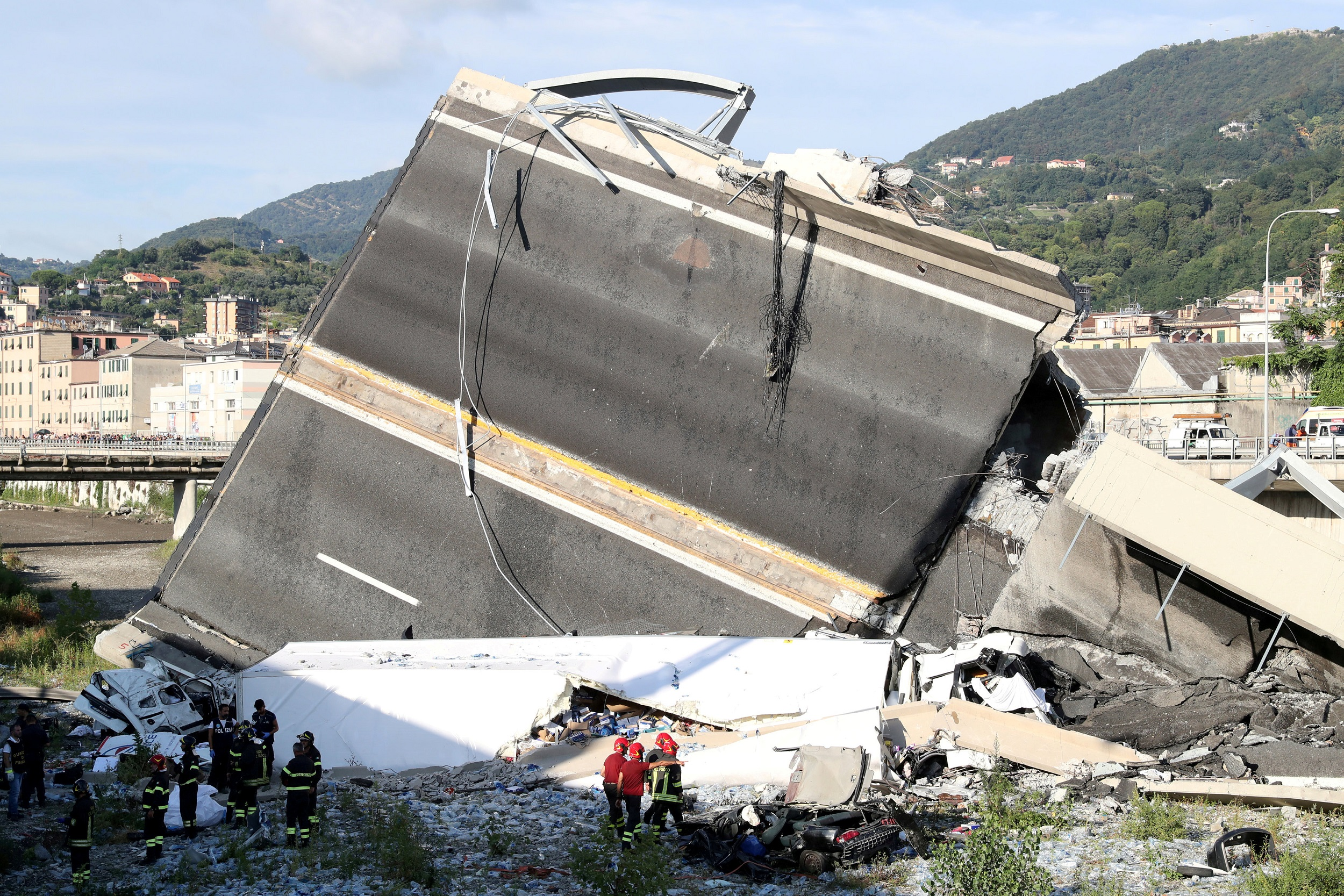 Fire in Italian bridge rubble hampers recovery efforts