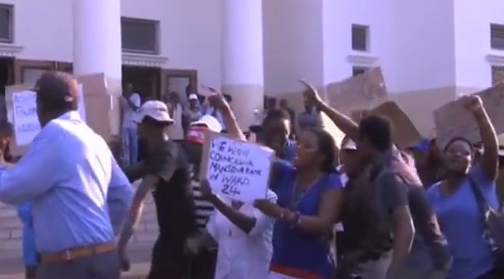 Protests have hit Zimbabwe's second biggest city Bulawayo following the election of several Shona-speaking people to the city council.