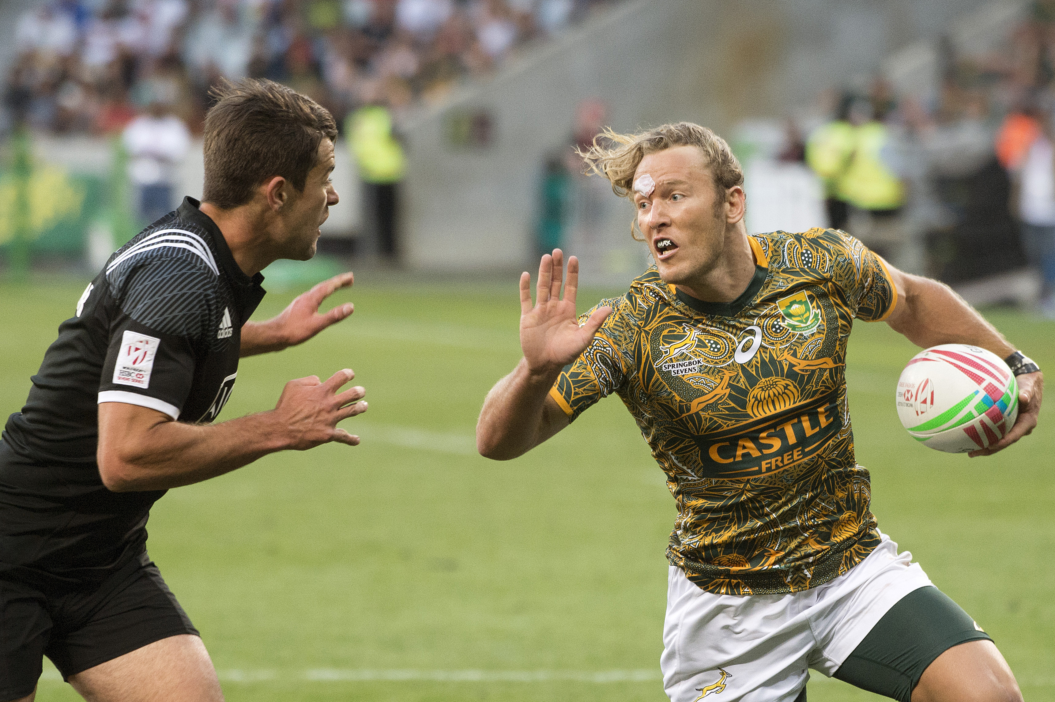 South Africa's Ryan Oosthuizen (C) vies with New Zealand's Andrew Knewstubb during the HSBC World Rugby Sevens tournament bronze final match between South Africa and New Zealand on December 9, 2018 at the Cape Town Stadium in Cape Town.