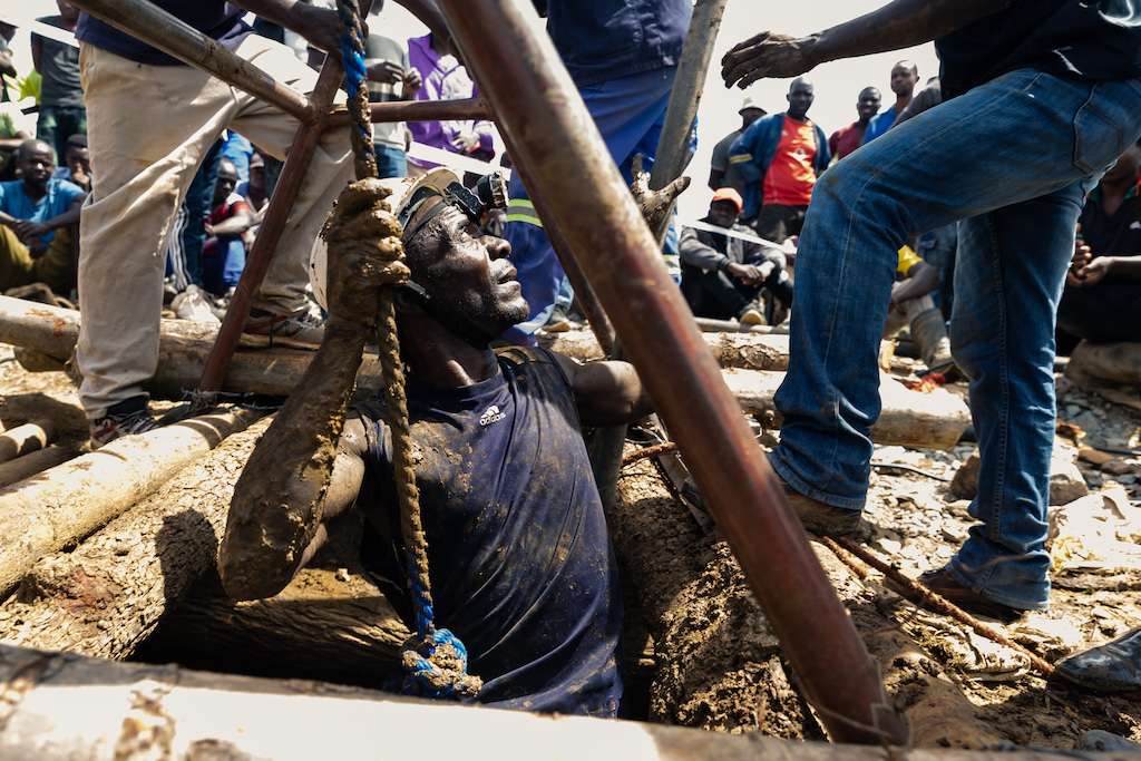 A miner gets ready to descend into a mining pit during asearch-and-rescue operation at Cricket Mine in Kadoma, Mashonaland.
