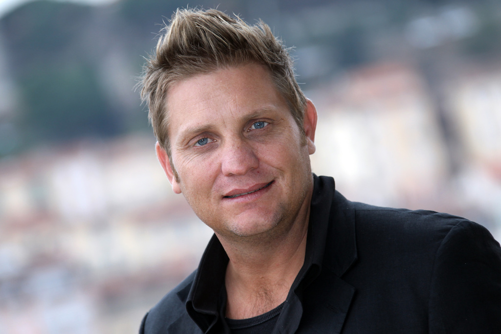Popular Afrikaans singer Kurt Darren has joined the list of musicians to have butchered the national anthem.