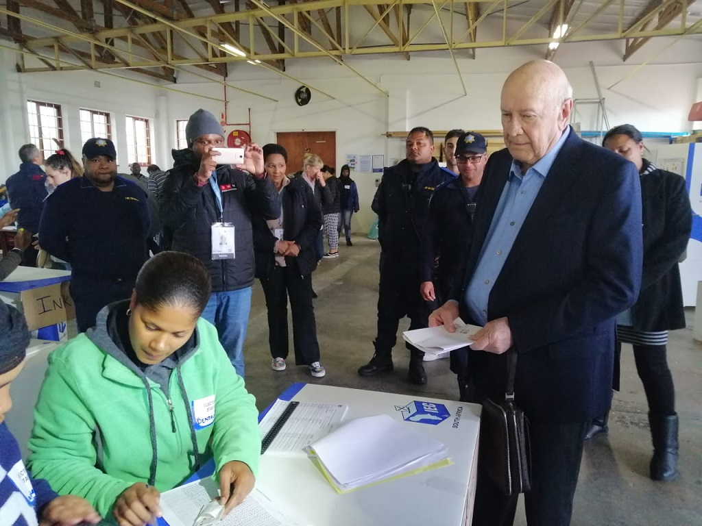 Former president FW de Klerk prepares to vote in Election 2019