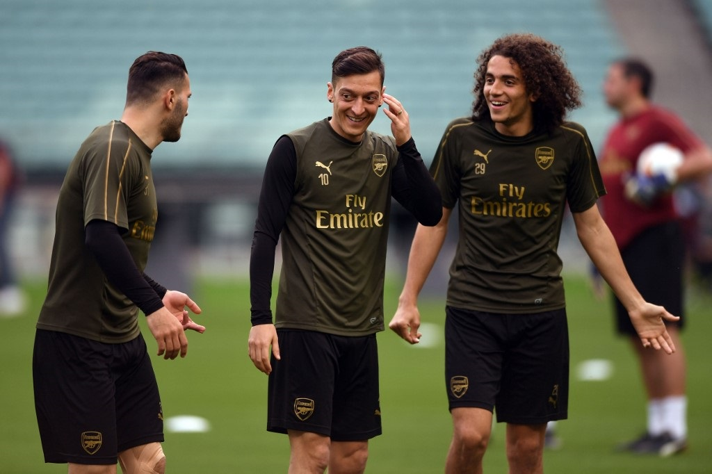 Arsenal's German-born Bosnian defender Sead Kolasinac (L), Arsenal's German midfielder Mesut Ozil (C) and Arsenal's French midfielder Matteo Guendouzi attend a training session at the Baku Olympic Stadium in Baku on May 28, 2019.