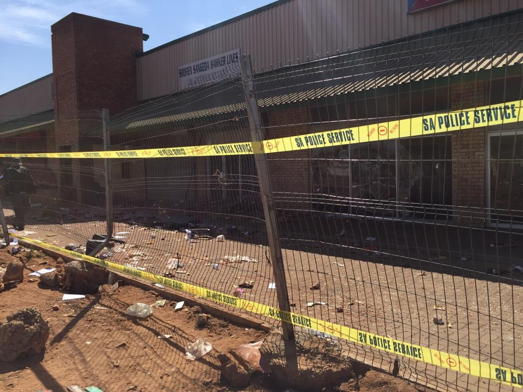 Police cordon off Sontonga Mall in Katlehong after overnight looting September 2019