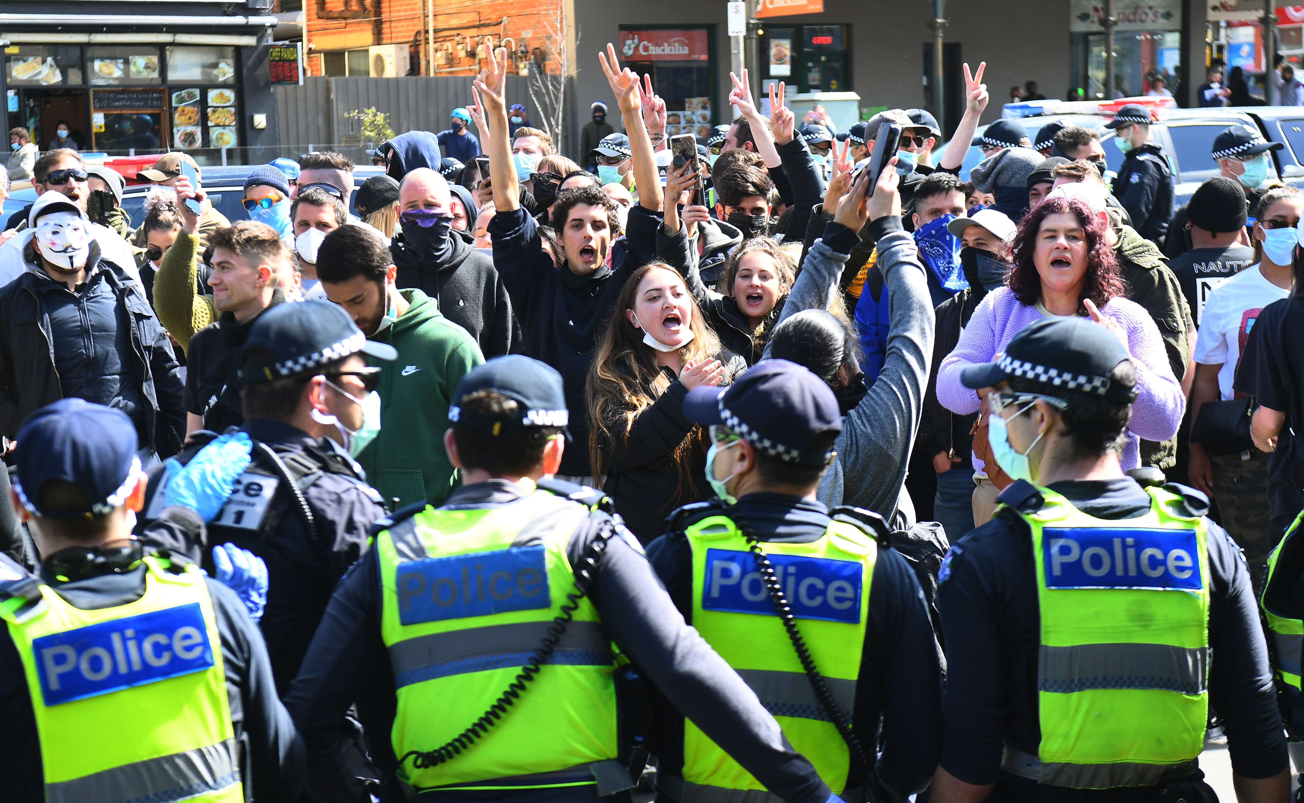 People protesting against coronavirus lockdown arrested in Melbourne amid clashes with police