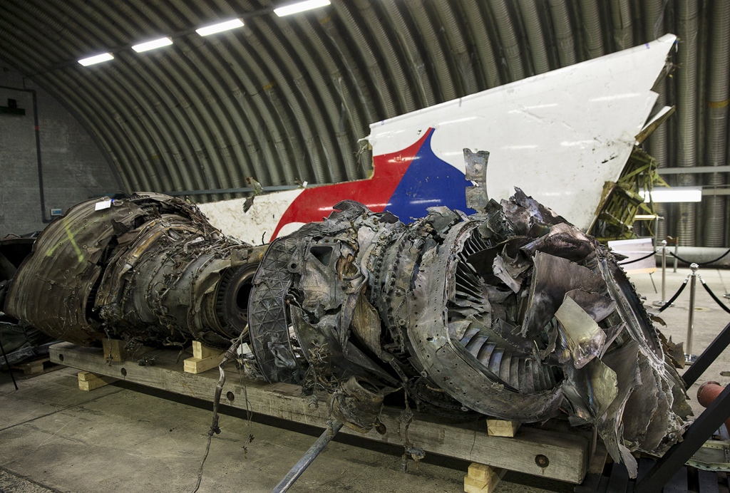 web_photo_MH17_wreckage_reconstruction2_131015