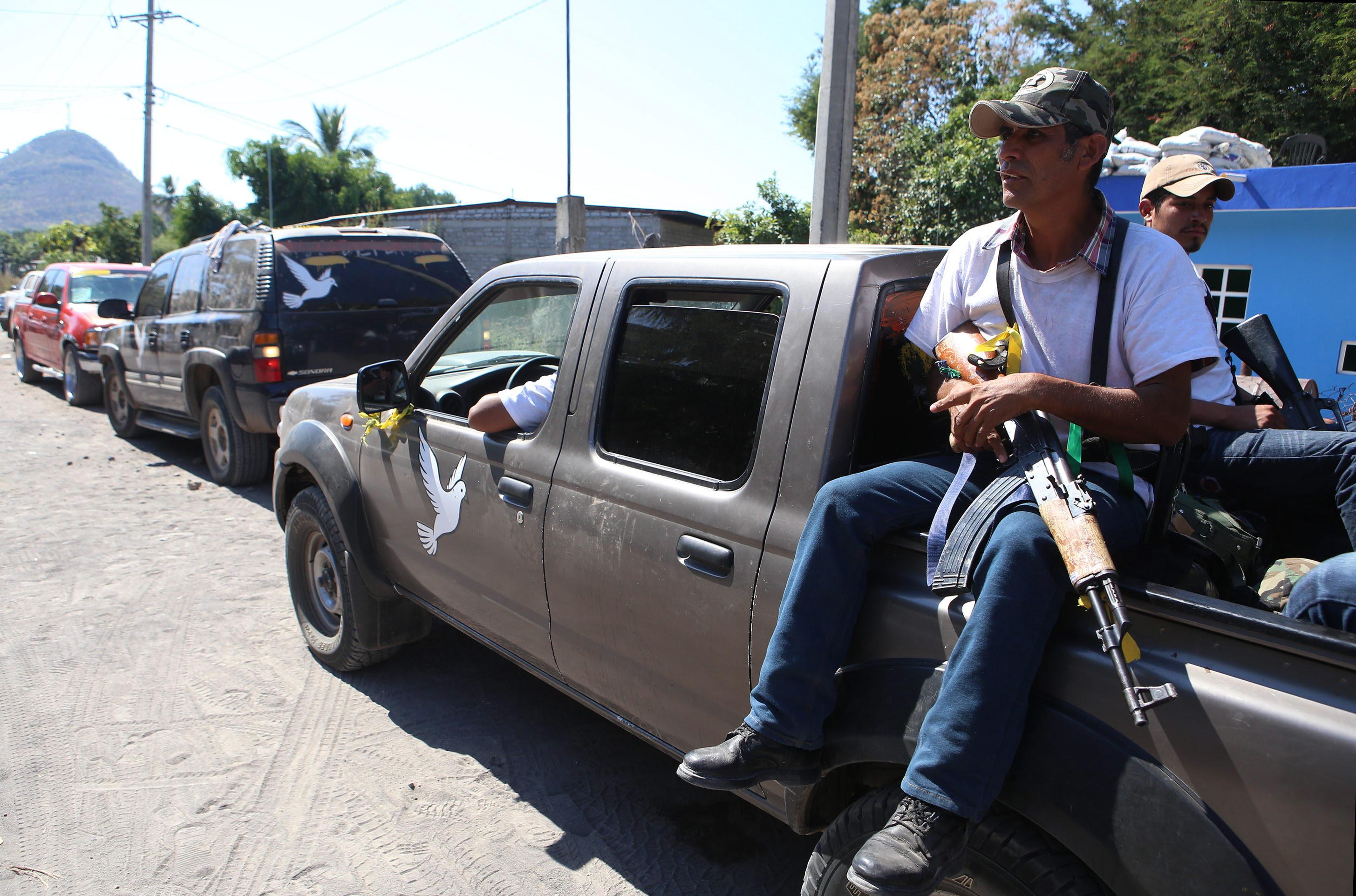 Mexican vigilantes search caves for Knights Templar leader