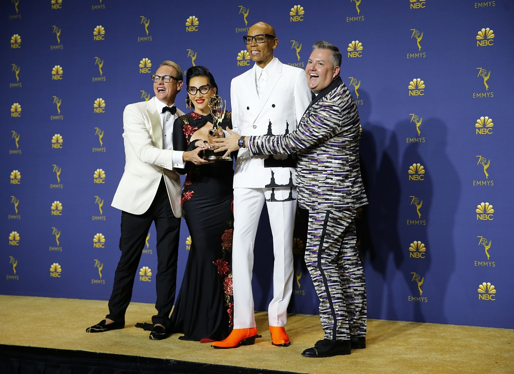 "(L-R) Carson Kressley, Michelle Visage, RuPaul and Ross Mathews pose backstage with the Reality-Competition Program award for ""RuPaul's Drag Race."" REUTERS/Mike Blake"