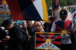 US authorities have charged a New York police officer with espionage, accusing him of gathering information about the city's Tibetan community for the Chinese government.