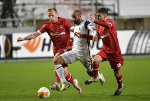 File: Tottenham's Brazilian forward Lucas Moura (C) vies for the ball with Antwerp's Belgian midfielder Pieter Gerkens (R) during UEFA Europa League football Group J first-leg football match between Royal Antwerp FC and Tottenham Hotspur FC at the Bosuilstadion in Antwerp on October 29, 2020. (JOHN THYS / AFP)