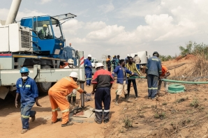Rescue workers busy at work installing a water pump to drain water from a mine shaft so that they can gain access to at least 40 informal gold miners trapped inside a collapsed shaft at Ran Mine in Bindura, November 26, 2020.