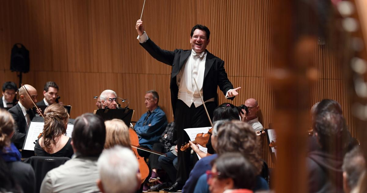 Seeking new audience, conductor turns orchestra 'inside out'