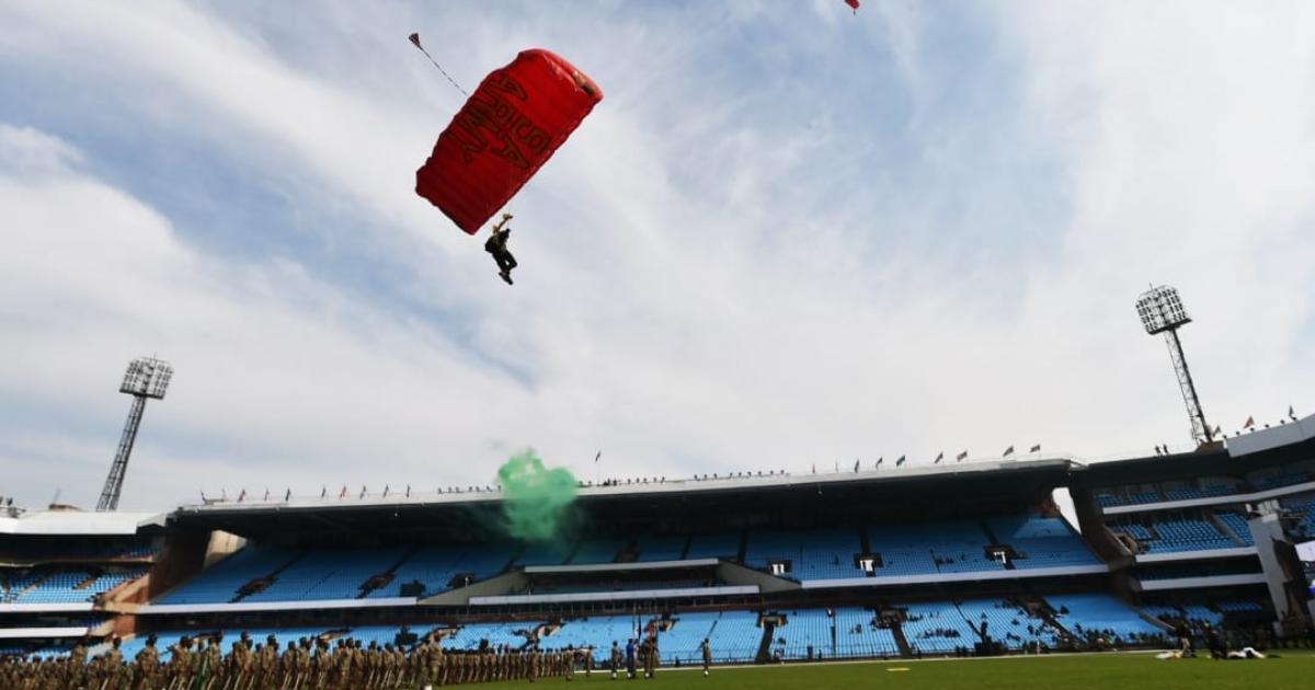 Twitter reacts as paratrooper crash-lands   eNCA