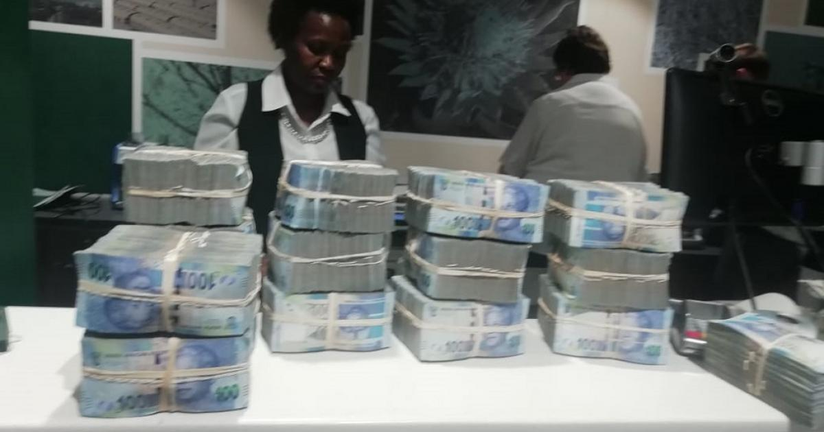 Man het met meer as R1 miljoen gevang terwyl hy probeer het om die grens oor te steek - eNCA