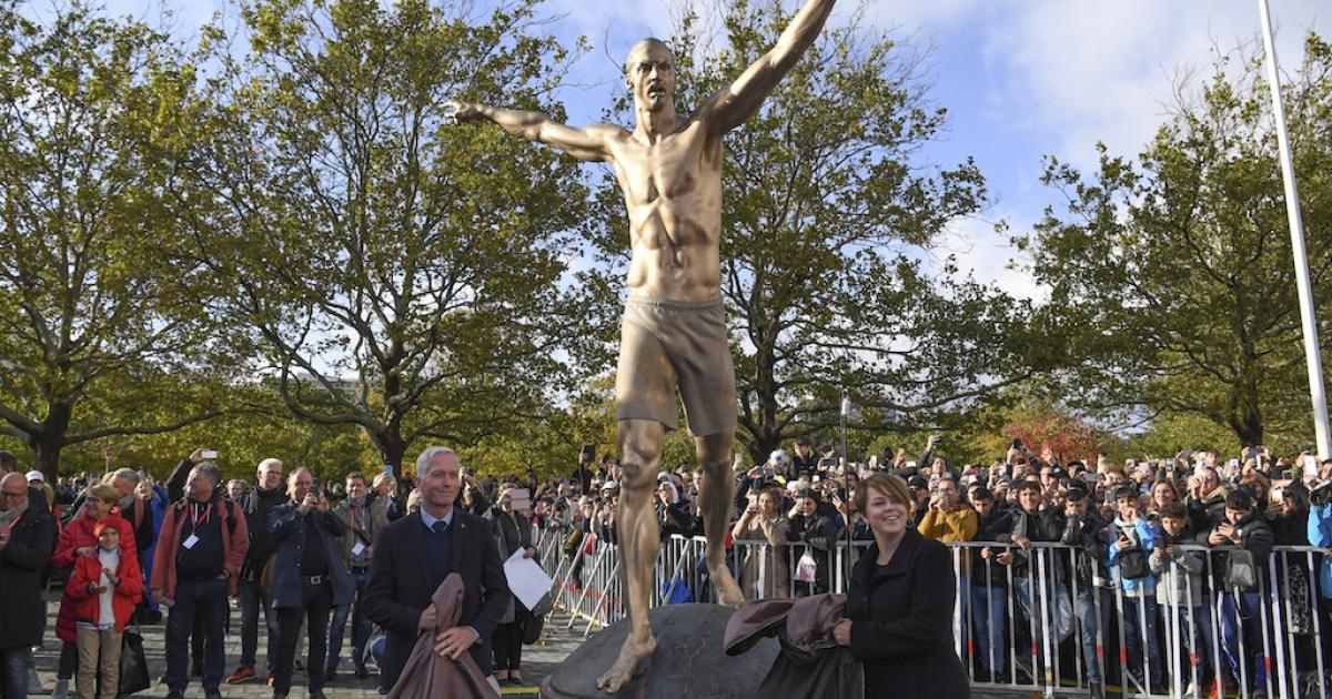 Pesepakbola Zlatan Ibrahimovic Dibuatkan Patung Setengah Bugil; Penghormatan Bagi Imigran