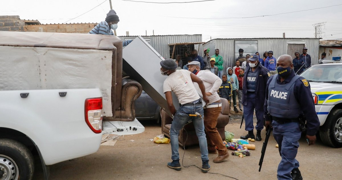 Police and army seize looted goods - eNCA