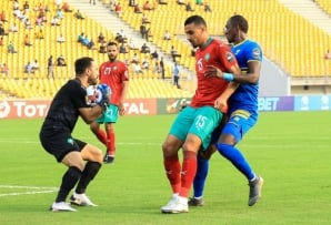 Raja Casablanca goalkeeper Anas Zniti (L) did not concede a goal in the CAF Confederation Cup group stage.
