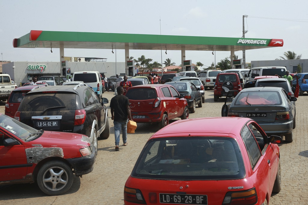 web_photo_angola_fuelshortage_23122017